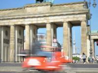 Elektro-Roller vor dem Brandenburger Tor