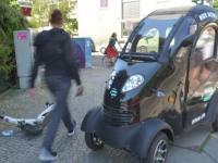 Die neuen Mini-Autos werden auch auf Kreuzberger Gehwegen geparkt