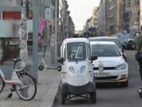 Auf der Friedrichstraße: Kleines Auto - halber Parkplatz