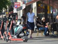 Elektro-Scooter versperren die Gehwege