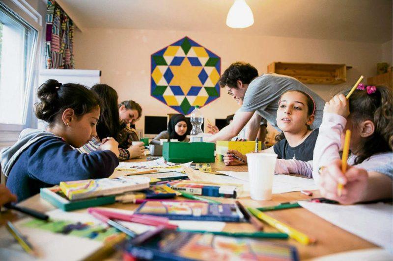 Kinder zeichnen sich ein neues Leben