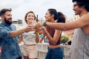 Statt im Club lieber mit den Freunden auf Balkonien feiern – das ist nicht nur wesentlich entspannter, sondern auch billiger – und die Musik bestimmt der Gastgeber.