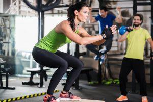 Um fit zu bleiben, braucht es nur ein paar Hanteln und Trainingsvideos, anstatt eine überfüllte Muckibude mit überflüssigen Geräten.