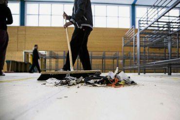 Flüchtlinge verlassen die Sporthallen