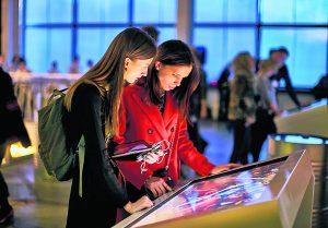 Im Einführungsraum erfahren die Besucher alles über das Leben Boschs.