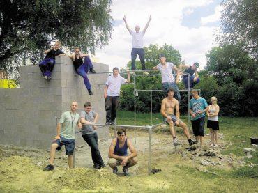 Jugendliche bauen Sportanlage