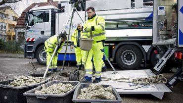 Beton blockiert Abwasserleitung