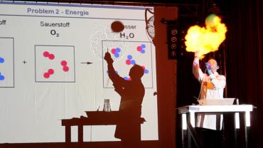 Junge Forscher auf der Bühne