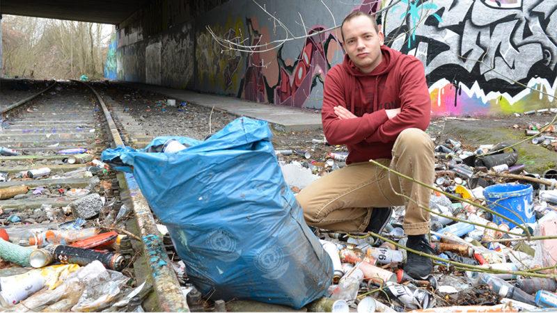 Eine Müllhalde voller Spraydosen