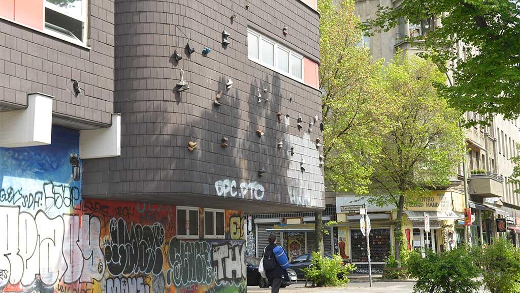 Schuhparade an der Feuerwache in Kreuzberg