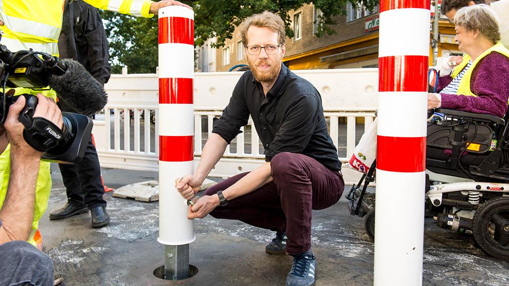 Durchfahrtssperren: Florian Schmidt setzt einen Poller auf der Wrangelstraße.