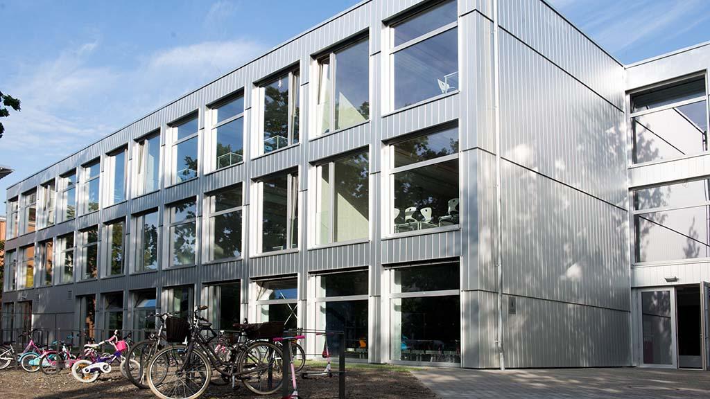 Fertig gestellte Holzschule in Alt-Hohenschönhausen