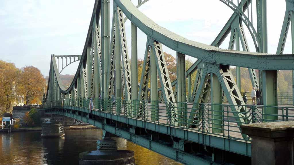 Steglitz-Zehlendorf: Foto-Wettbewerb zum Mauerfall auf der Glienicker Brücke
