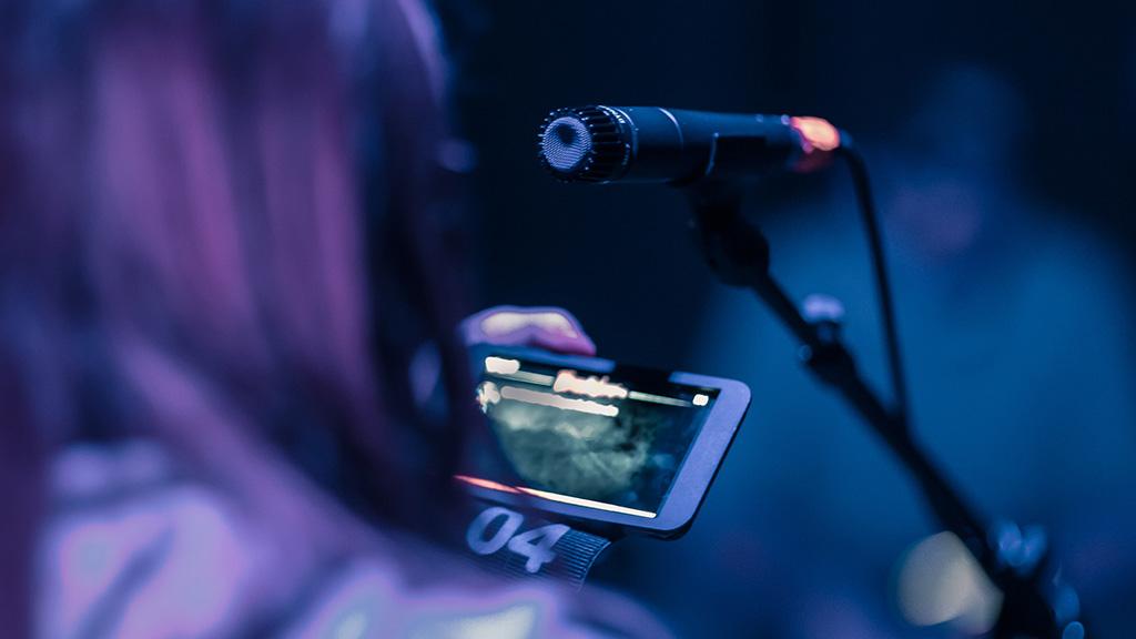 Theaterstück mit Smartphone im Grips