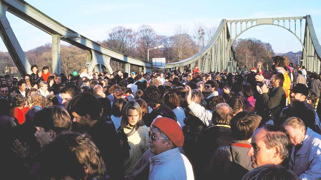 Berlin-Wannsee: Bürger feiern Mauerfall-Jubiläum auf Glienicker Brücke