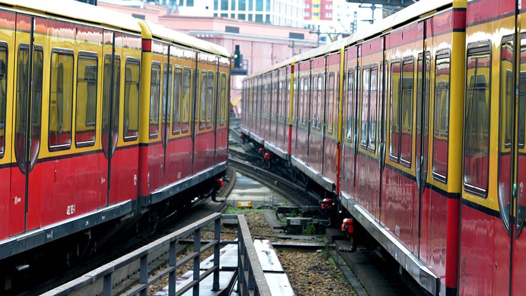 Zwei S-Bahnen begegnen sich