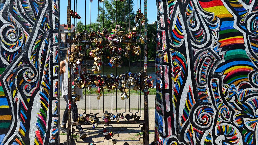 Berlin-Friedrichshain: Infomobil an der East Side Gallery