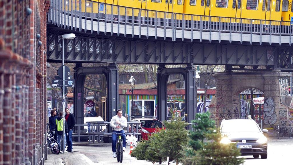 Berlin-Friedrichshain-Kreuzberg: Weihnachtsbäume auf der Oberbaumbrücke