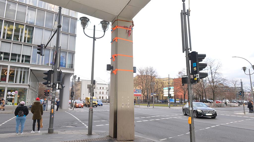 Berlin-Mitte: Die Säule am orangen Faden