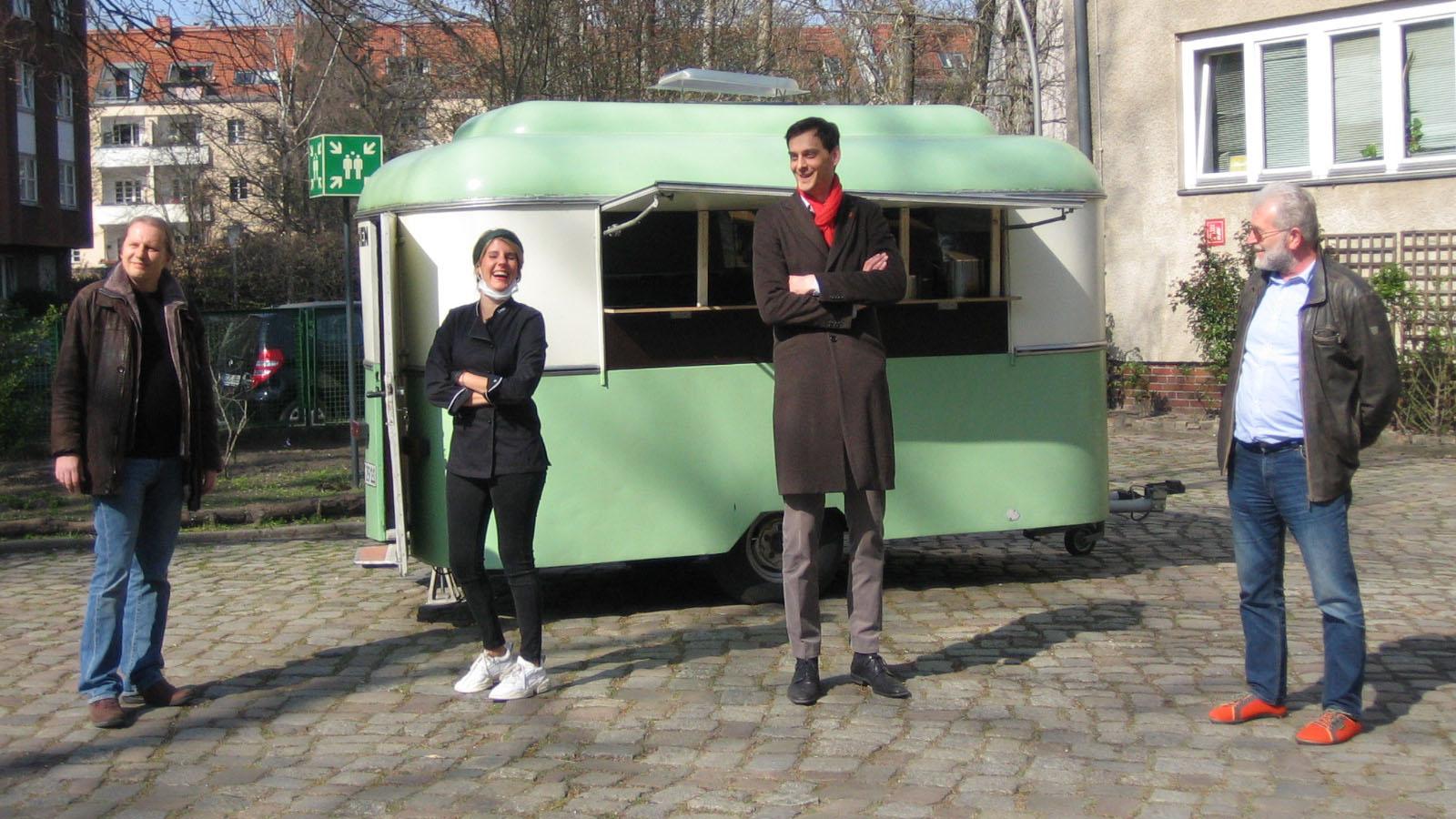 Berlin-Neukölln: TV-Köchin Felicitas Then verteilt Eintopf an Bedürftige