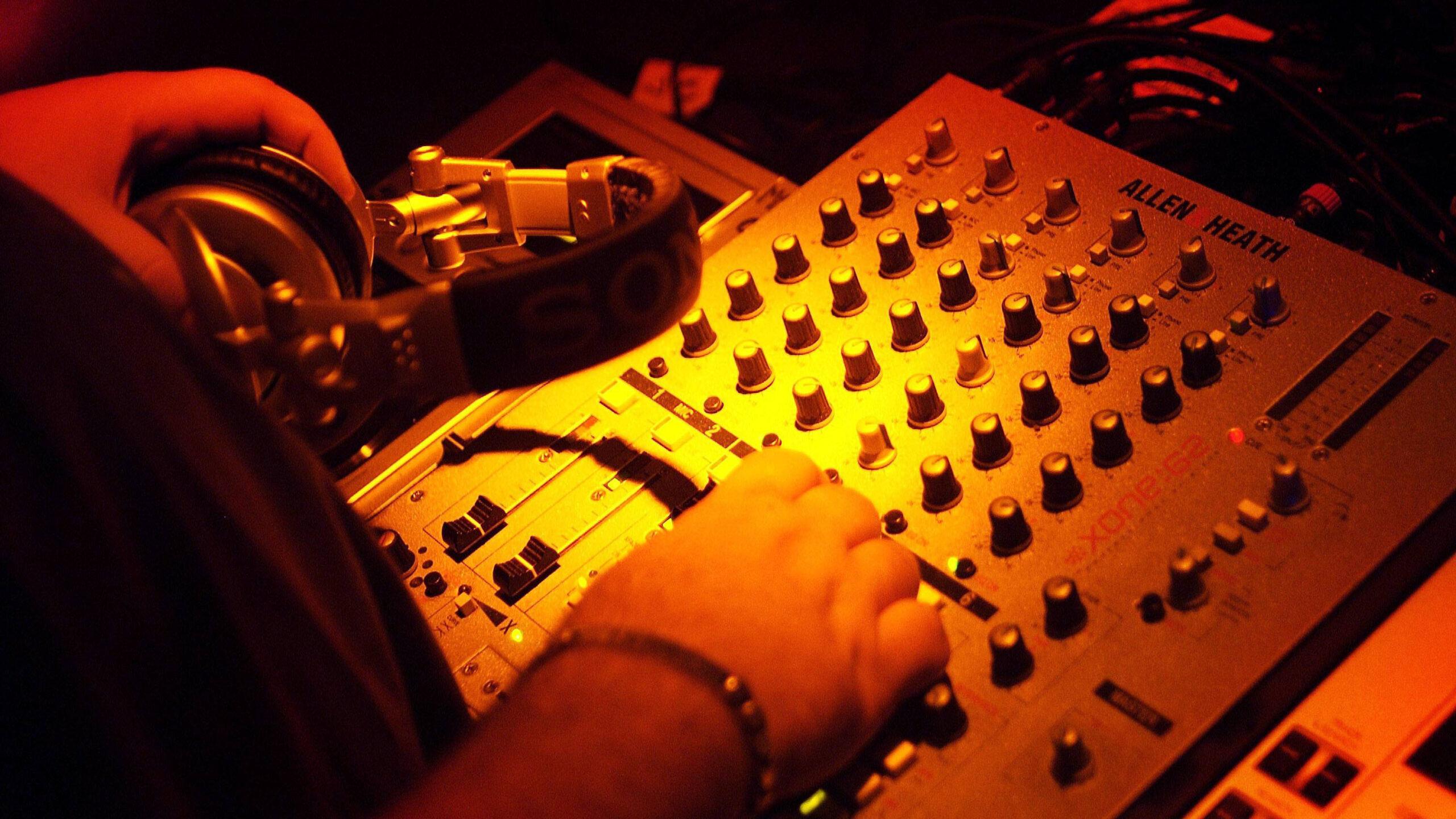 DJs spielen ihre Sets vor leerem Raum für United We Stream