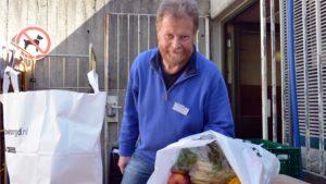 Karsten Böhm mit den Lebensmitteltüten bei der Ausgabe