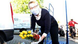 Sabine Werth, Vorsitzende des Berliner Tafel e. V. sortiert auch die Blumen für die Spendertüten