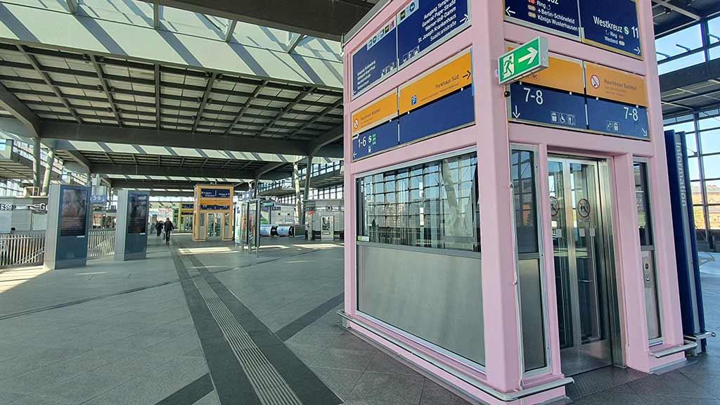 Der Bahnhof Südkreuz hat einen neuen Anstrich erhalten