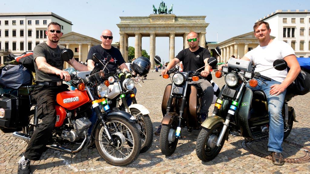 Acht Reifen und vier Männer auf ihrer Zweitakt-Tour