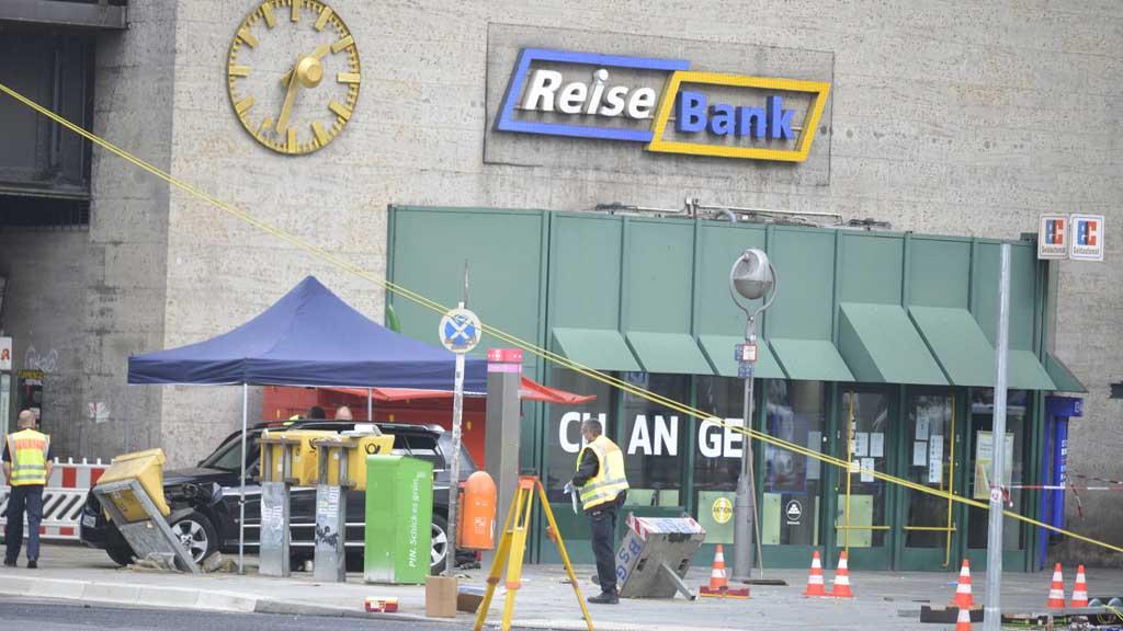 Berlin-Charlottenburg: Auto rast am Hardenbergplatz in eine Menschengruppe