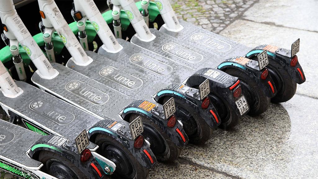 Berlin-Mitte: Parkflächen für E-Scooter
