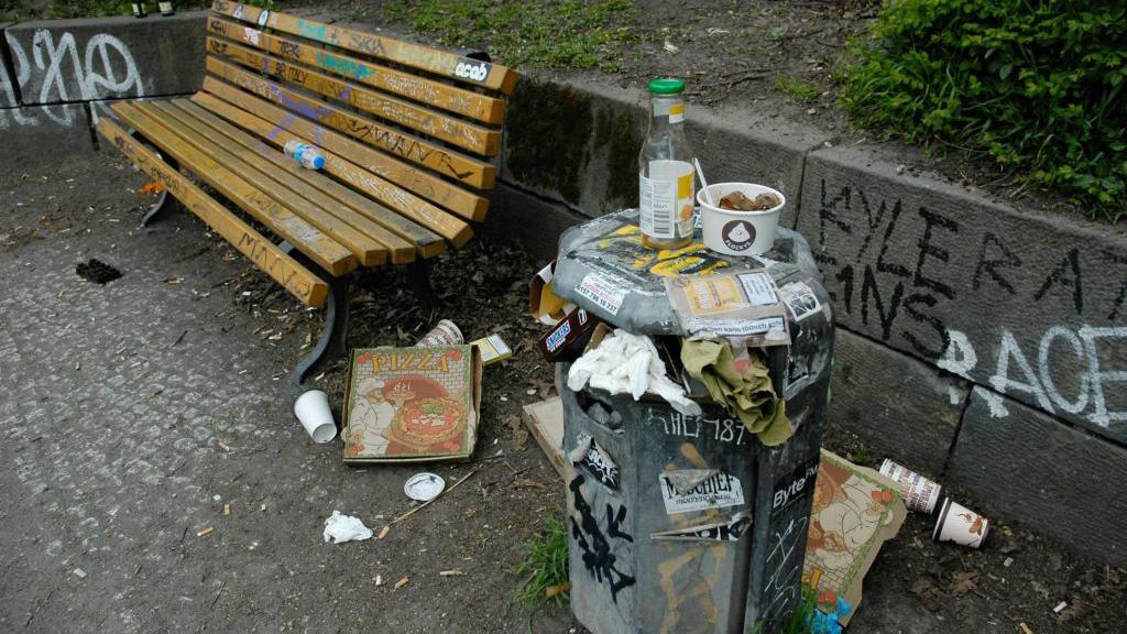 Friedrichshain-Kreuzberg: Müll, so weit das Auge reicht