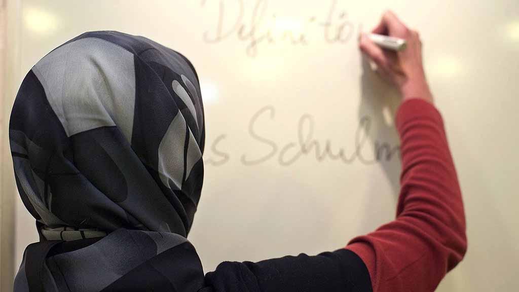 Lehrerin mit Kopftuch in einer deutschen Schule