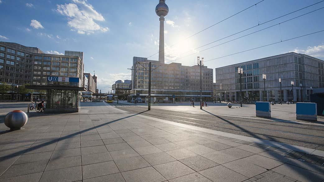 Berlin-Mitte: Aktionstag zur Wiederverwendung von Textilien auf dem Alexanderplatz