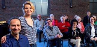 Annette Frier mit Chorleiter