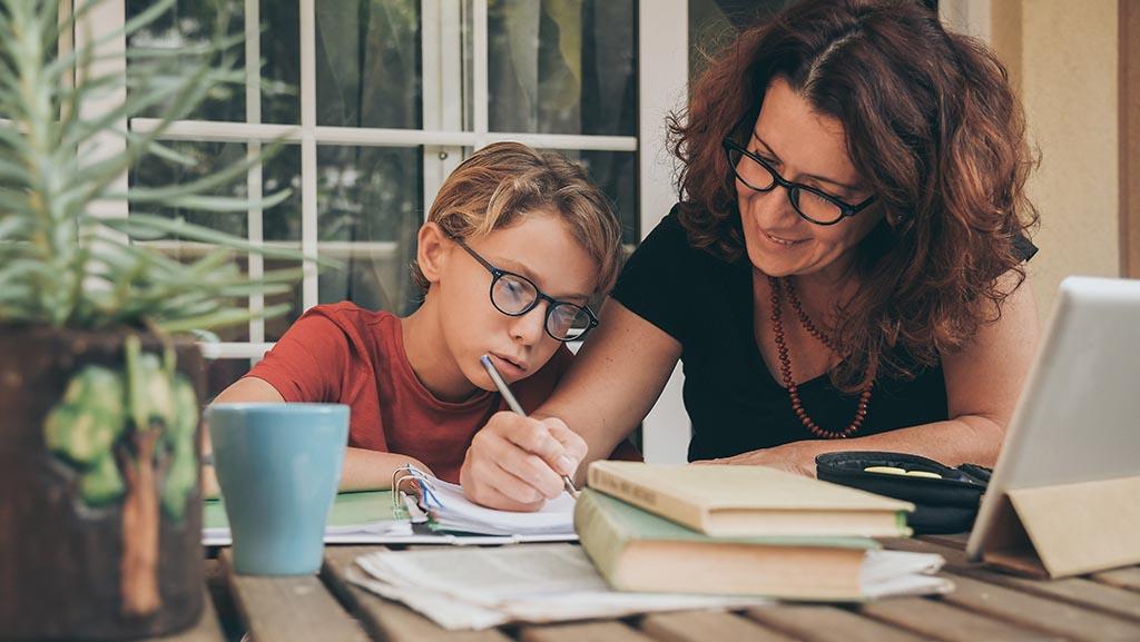 Mutter hilft Tochter beim Lernen