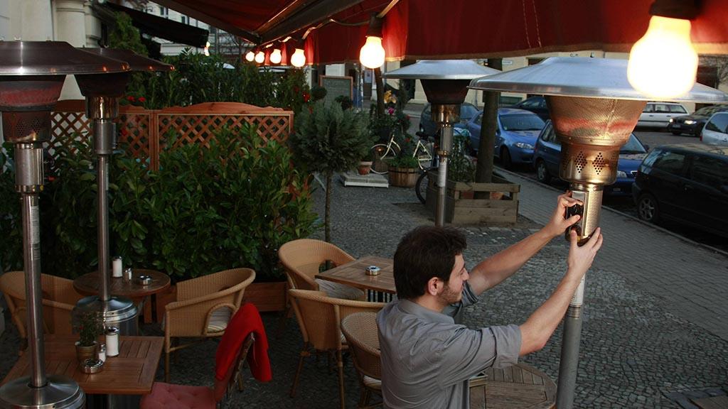 Am Einsatz von Heizpilzen erhitzen sich in Berlin die Gemüter