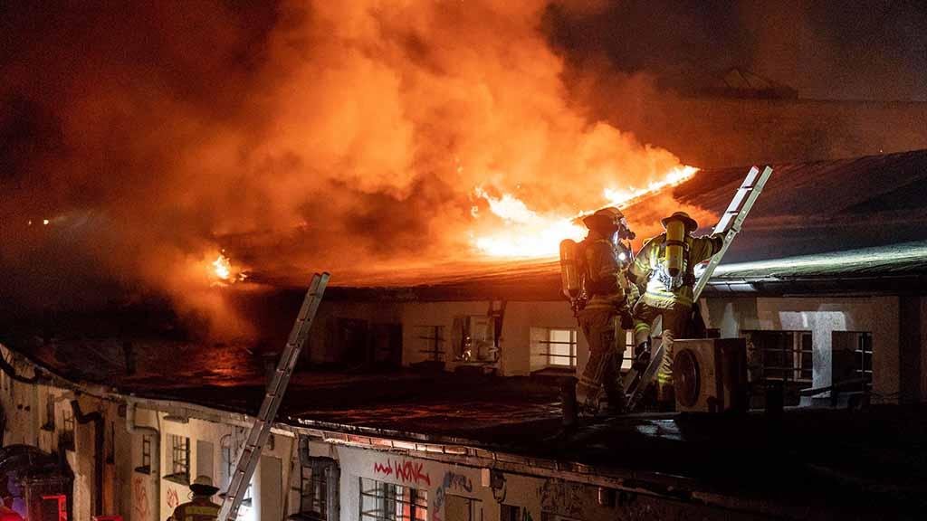 Steglitz-Zehlendorf: Brand zerstört Ladenzeile an U-Bahnhof Onkel Toms Hütte
