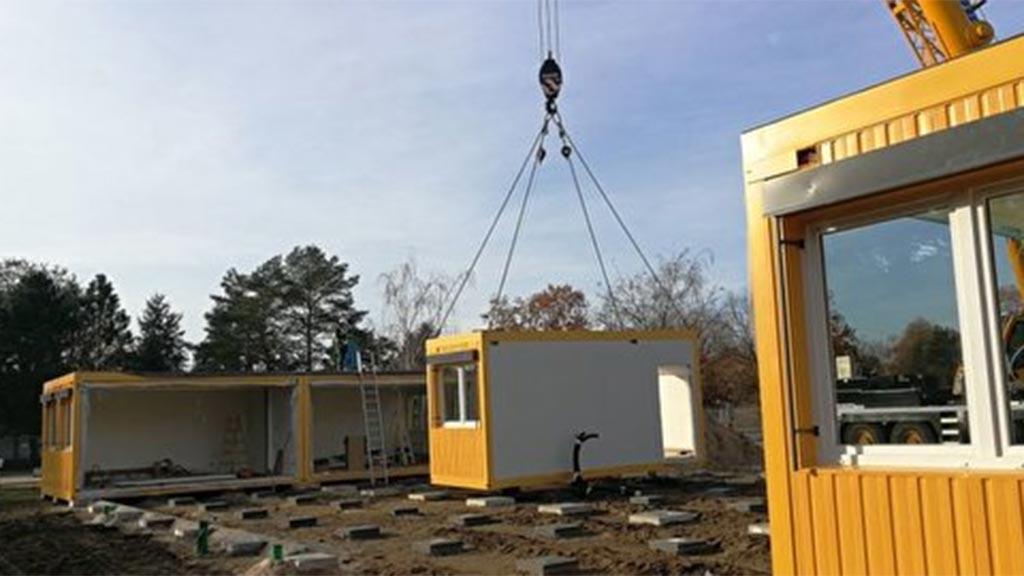 Marzahn-Hellersdorf: Aufbau der Schulcontainer am Lehnitzplatz gestartet