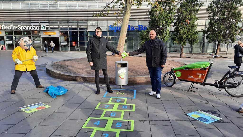 Berlin-Spandau: Mit ein paar Hüpfern gegen den Müll auf der Straße