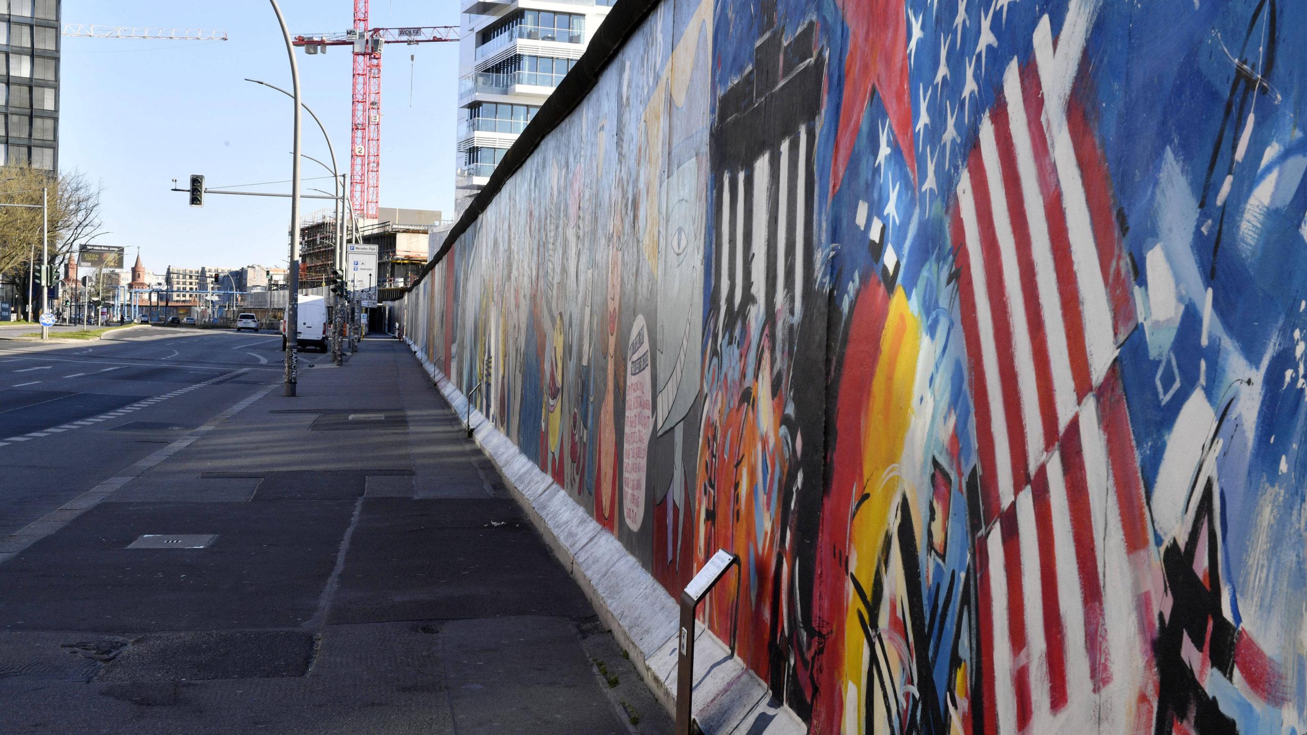 Berlin-Friedrichshain: Open Call für Projektionen in die Zukunft an der East Side Gallery