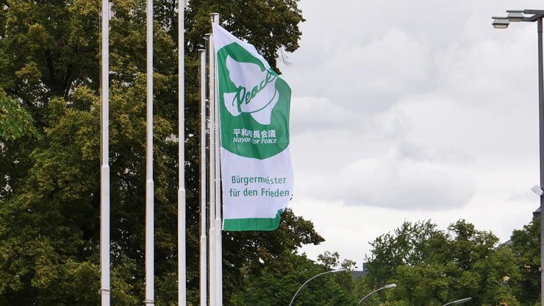 Tempelhof-Schöneberg zeigt Flagge gegen Atomwaffen