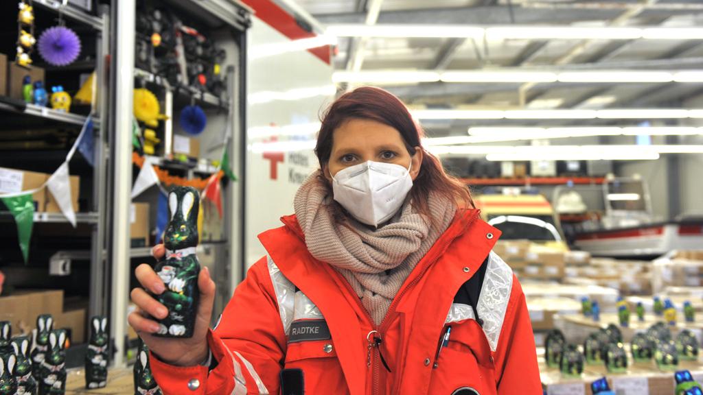 Berliner Impfzentren: Osterhasen vom Roten Kreuz