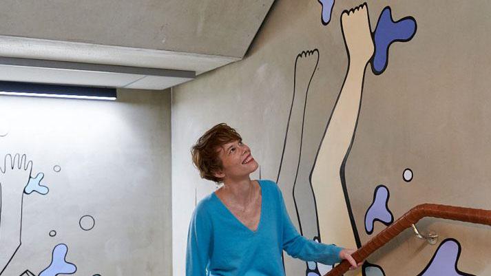 Street-Art Künstlerin Rytoft gestaltet Litfaßsäule zum Frauenmärz