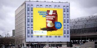 Faire Lieferketten: Werbebanner am Berliner Hauptbahnhof