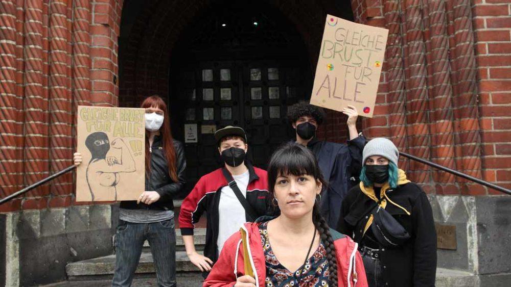 Nackte Brust im Freien: Junge Frau fordert gleiche Rechte für alle
