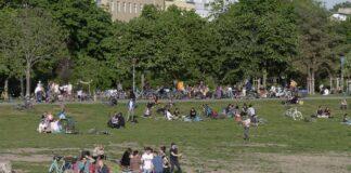 Görlitzer Park im Frühling, Kreuzberg, Berlin Görlitzer Park, junge Leute auf Wiese, Kreuzberg, Berlin *** Görlitzer Par