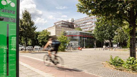 Das erste Fahrradbarometer Berlins zählt Radfahrer vor der TU Berlin.