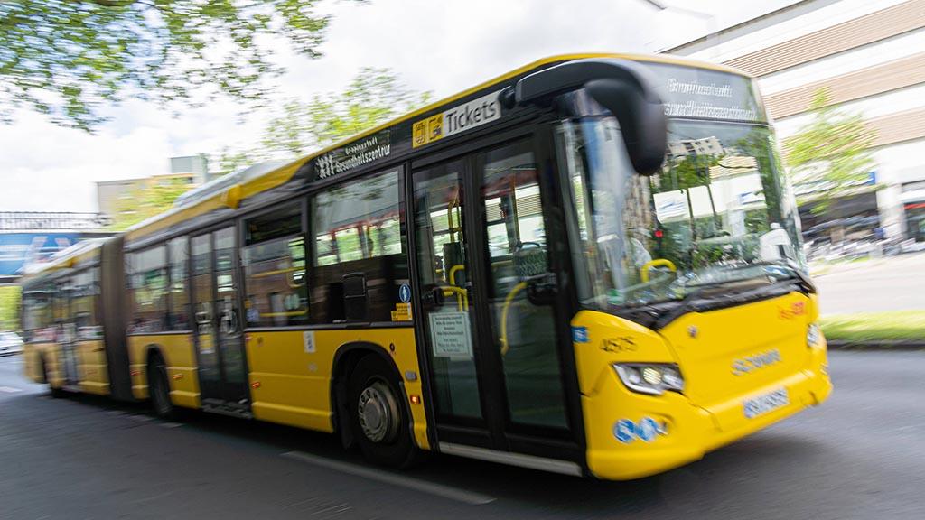 ein großer Gelber im Stadtverkehr