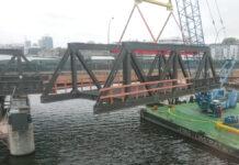Die Behelfsbrücken an der Elsenbrücke werden montiert.